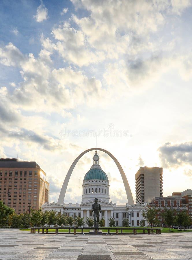 Kiener广场和门户曲拱在圣路易斯,密苏里 免版税库存照片