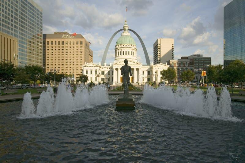 Kiener plac - ï ¿ ½ Runnerï ¿ ½ w wodnej fontannie przed historycznym Starym Dworskim domem i brama Wysklepia w St Louis, Missour obraz royalty free