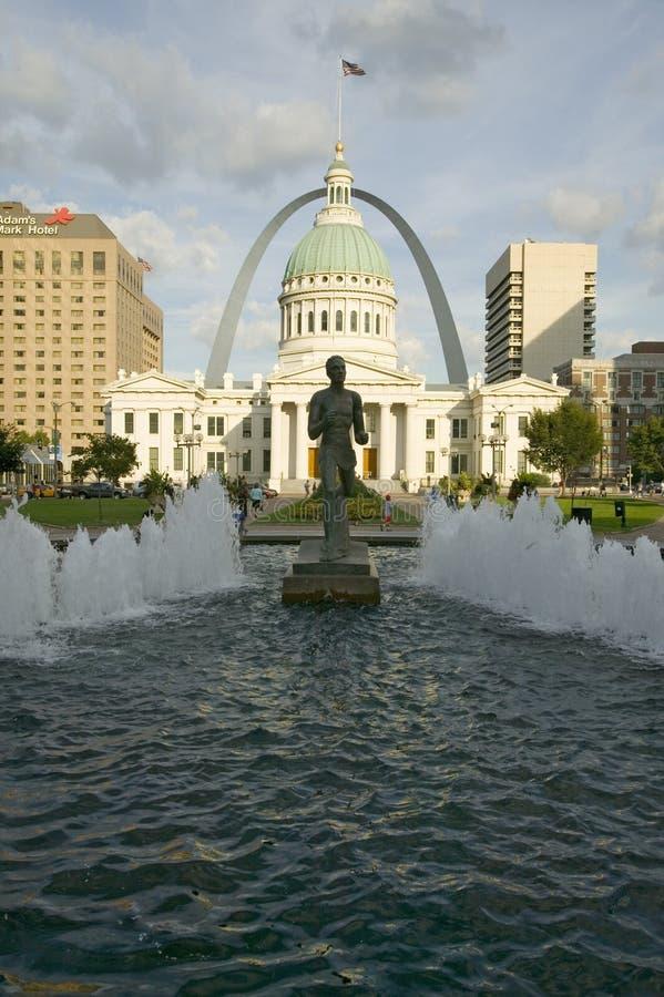 Kienerplein - ï ¿ ½ Runnerï ¿ ½ in waterfontein voor historisch Oud Hof Huis en Gatewayboog in St.Louis, Missouri royalty-vrije stock foto's