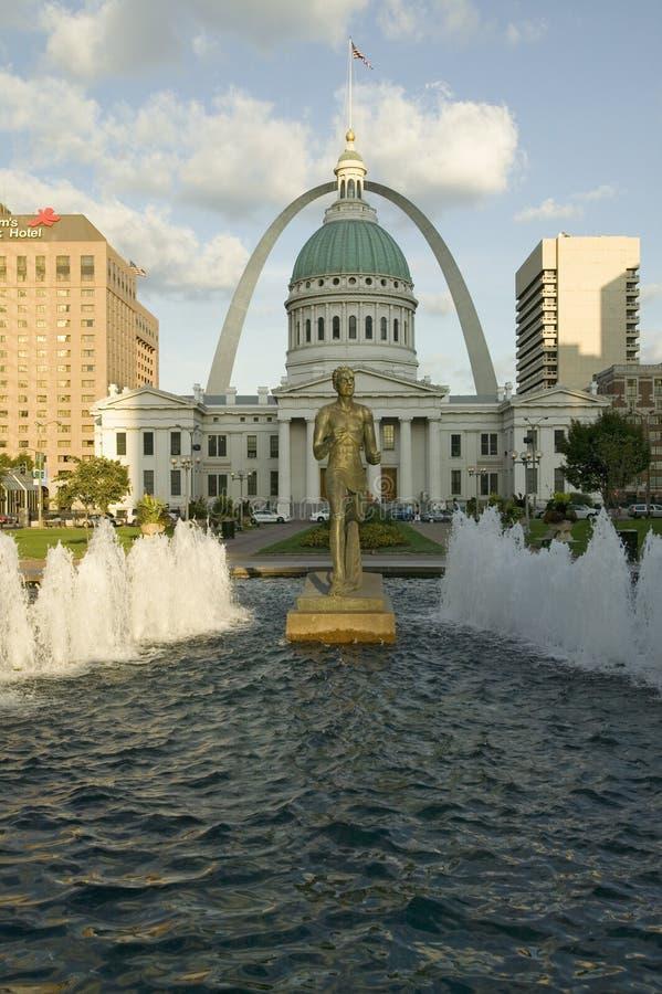 Kienerplein - ï ¿ ½ Runnerï ¿ ½ in waterfontein voor historisch Oud Hof Huis en Gatewayboog in St.Louis, Missouri royalty-vrije stock fotografie