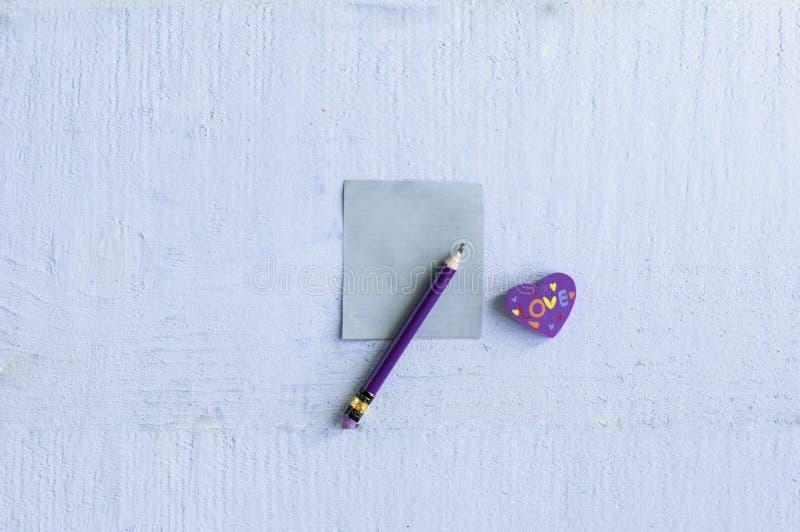 Kierowa gumka z ołówkiem z pustym małym nutowym pape i fotografia stock