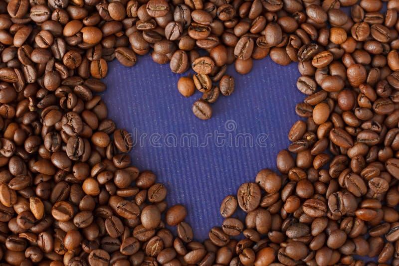 Kierowa kawy rama Robić od Kawowych fasoli na Fiołkowym tekstury tle obrazy stock
