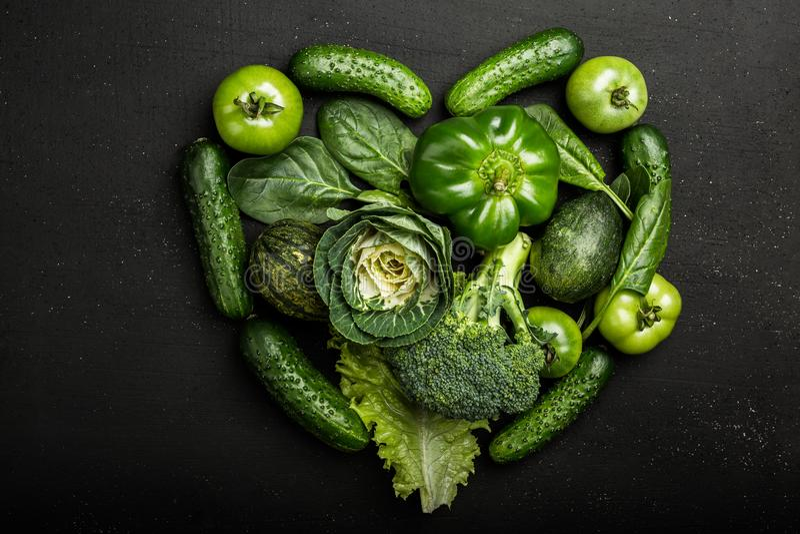 Kierowa kształt forma różnorodnymi zielonymi warzywami obraz stock