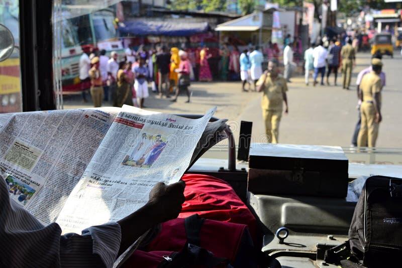 Kierowca autobusu czytelnicza gazeta przed odjazdem obrazy royalty free