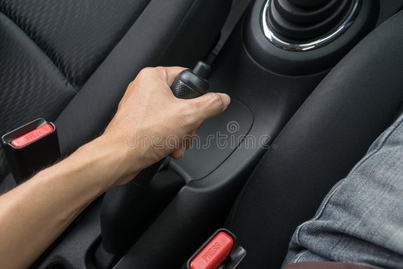 Kierowca ciągnie ręka hamulec w samochodzie zdjęcie stock