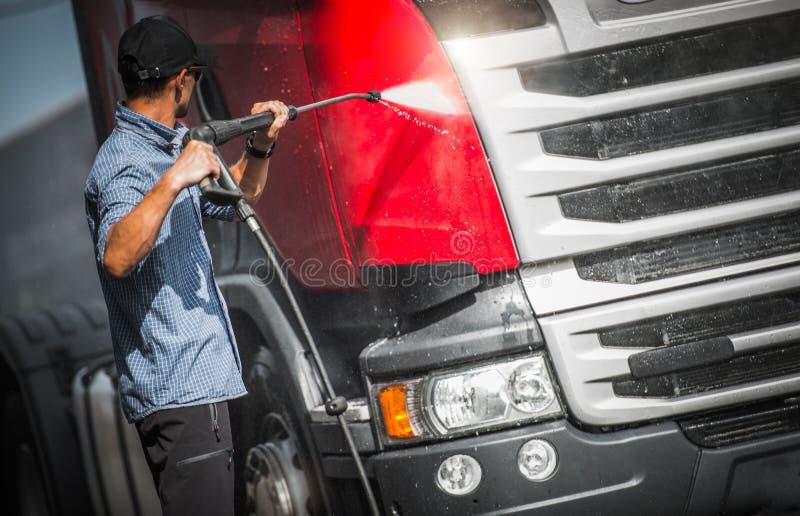 Kierowca Ciężarówki Myje Jego Semi fotografia stock