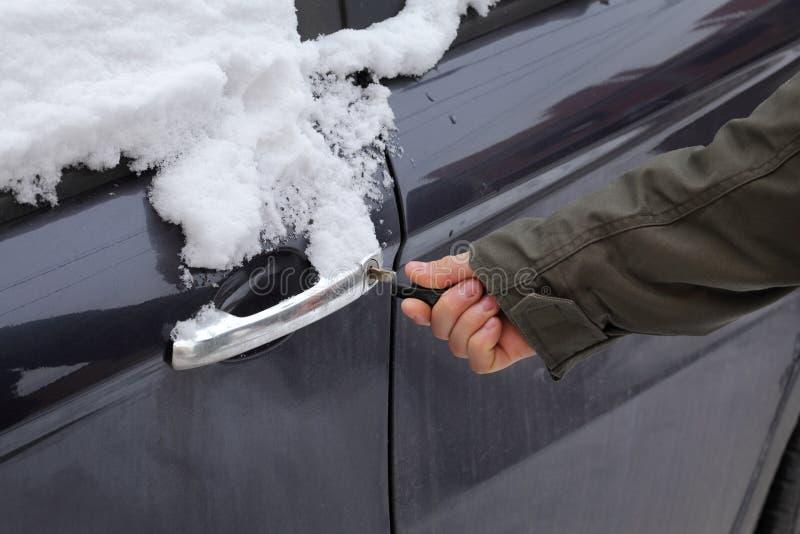 Kierowca otwiera samochodowego drzwi wchodzić do zdjęcie royalty free