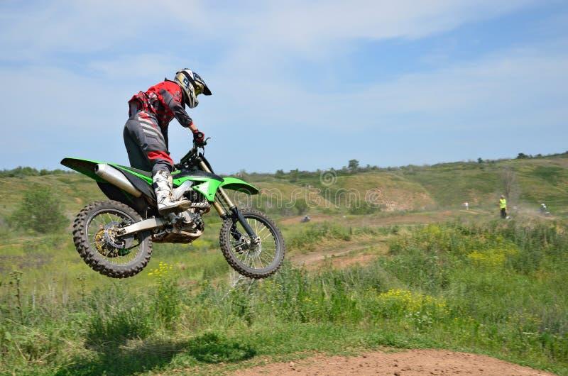 Kierowca pozycja na MX motocyklu lata obraz stock