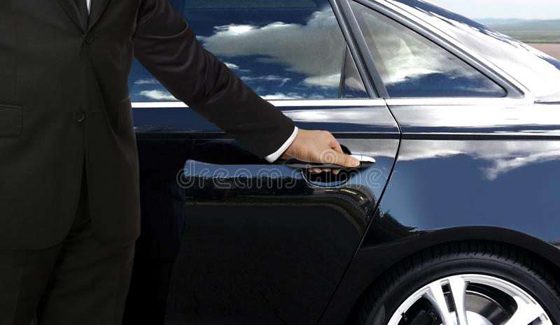 Kierowca ręka otwiera samochodowego drzwi fotografia royalty free