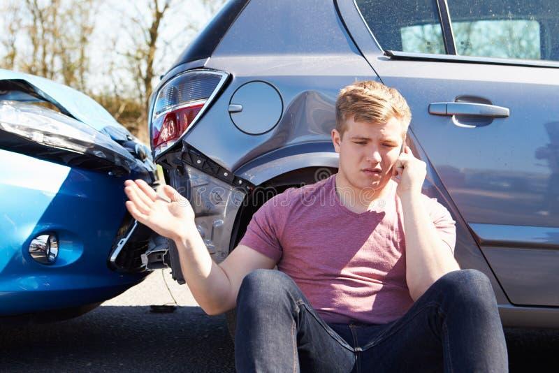 Kierowca Robi rozmowie telefonicza Po wypadku ulicznego zdjęcia royalty free