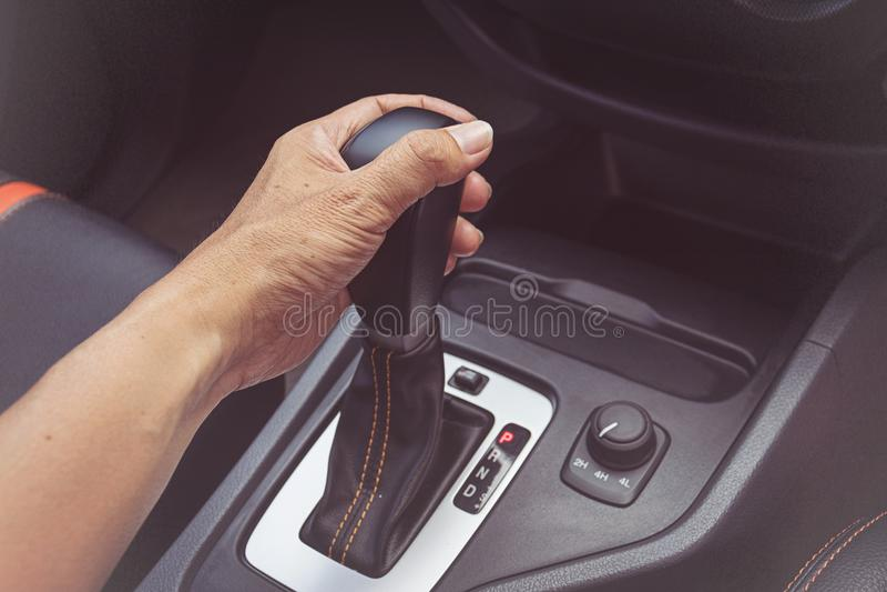 Kierowcy mężczyzna ręka trzyma automatycznego przekaz zdjęcie stock