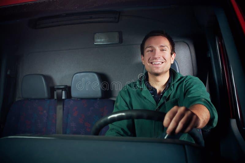 kierowcy szczęśliwy mienia koło obraz royalty free