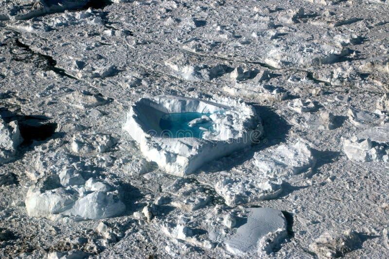 Kierowego kształta spławowa lodowa pobliska góra lodowa w ilulissat, Greenland, jakobshavn obrazy stock