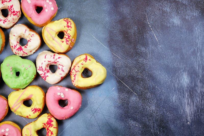 Kierowi kształtni donuts na textured tle zdjęcia royalty free