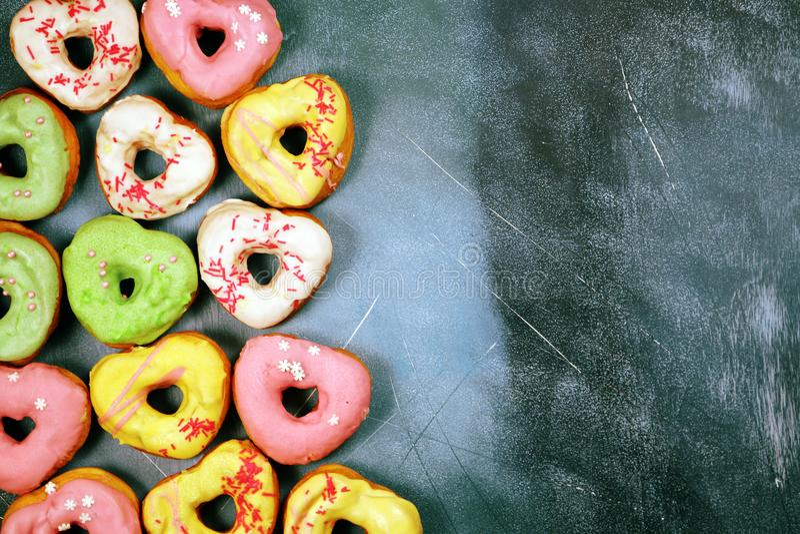 Kierowi kształtni donuts na textured tle obraz stock
