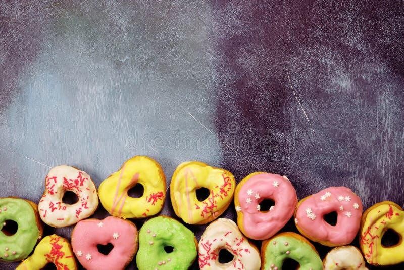 Kierowi kształtni donuts na textured tle obrazy royalty free