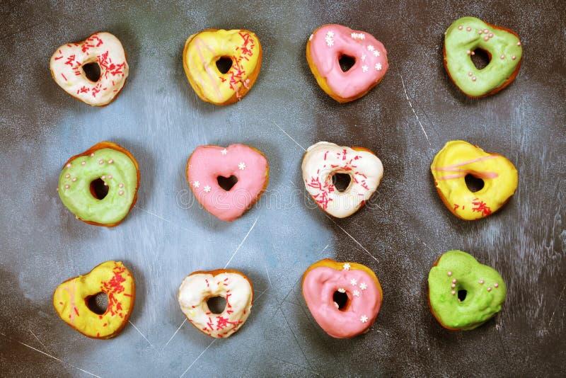 Kierowi kształtni donuts na textured tle zdjęcie stock