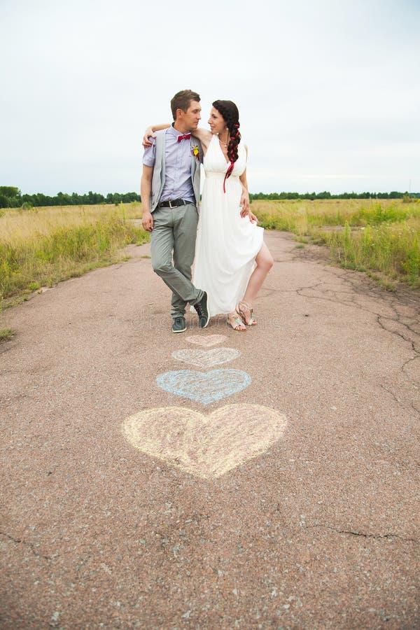 Kierowi symbole kształtowali z kredkami na ziemi i dwa ludziach w lo fotografia royalty free
