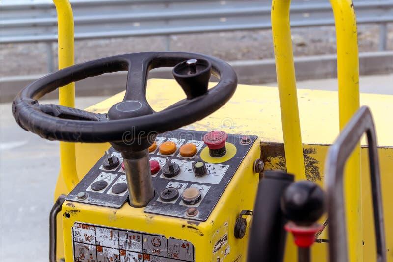 Kierownica i pulpit operatora drogowego rolownika compactor lub wibracyjny rolownik dla ubijać asfalt i ziemię obrazy stock