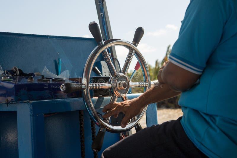 Kierownica na małej łódce, trzyma kierownicę stanowczo zdjęcia stock