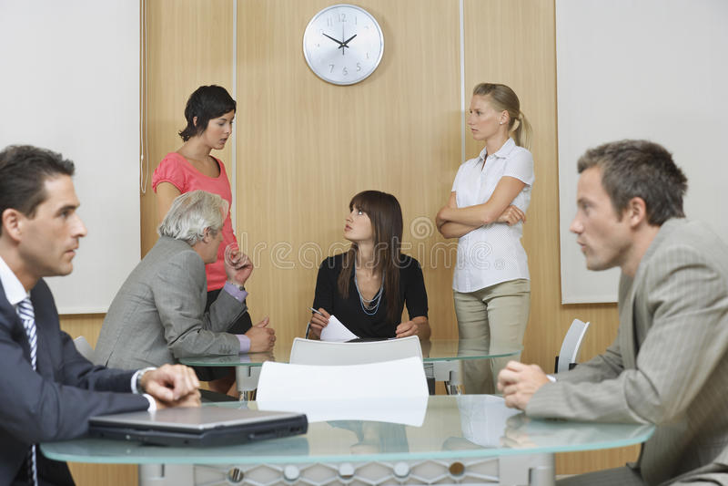Kierownictwa W spotkaniu Przy biurem zdjęcia stock