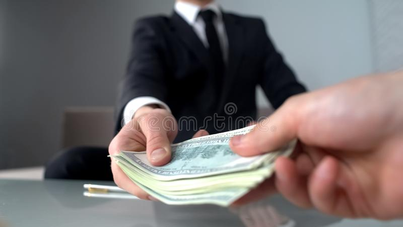 Kierownictwo bierze pieniądze, łapówkarstwo i bezprawnego biznes wśród starszych urzędników, obraz royalty free