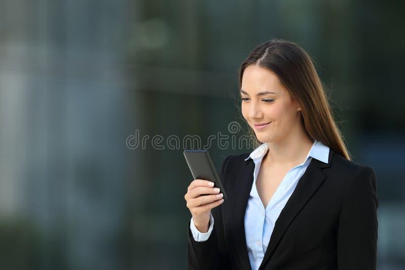 Download Kierownictwo Sprawdza Mądrze Telefon Na Ulicie Zdjęcie Stock - Obraz złożonej z tło, związany: 106912362