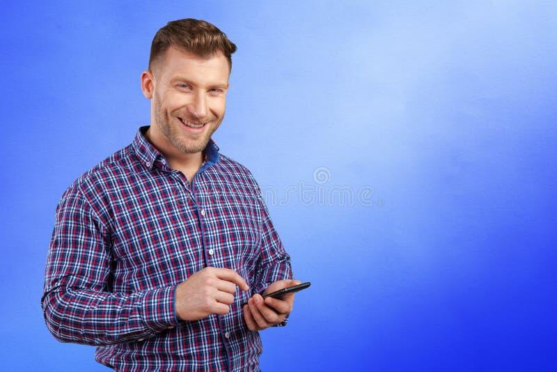Kierownictwo texting na jego telefonie komórkowym zdjęcie royalty free