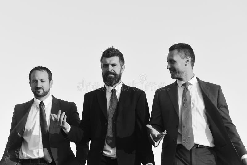 Kierownicy iść naprzód i opowiadają Biznesu i sukcesu pojęcie Deska biznesmen odzieży kostiumy zdjęcie stock
