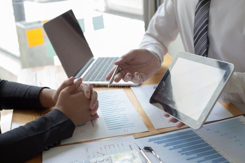 Kierownicy i księgowi sprawdzali firma finanse Po to, aby przygotowywać występu pomiar dla za 5 rok obrazy royalty free