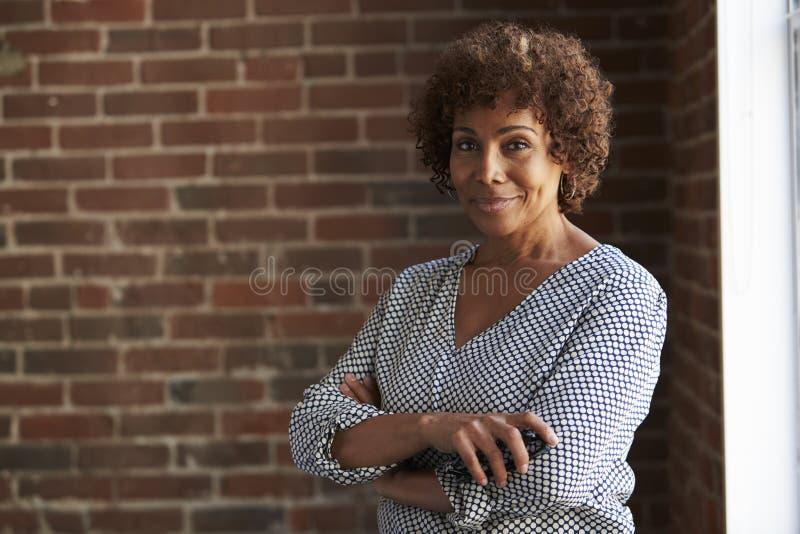 Kierowniczy I ramiona portret Dojrzały bizneswoman fotografia stock