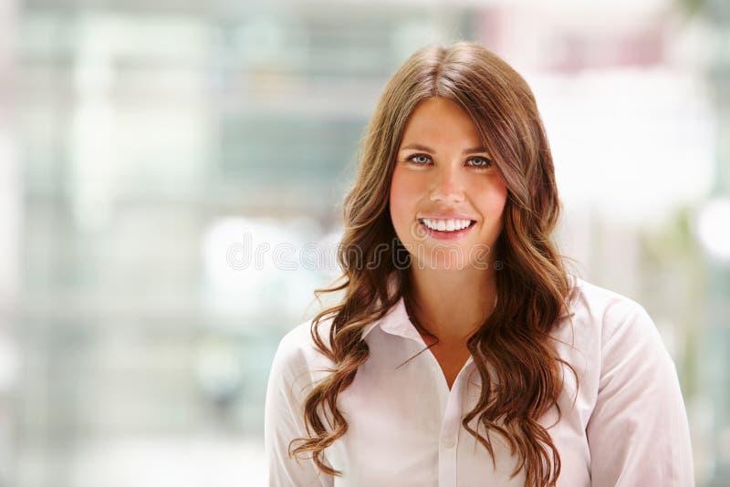 Kierowniczy i ramiona portret młody bizneswomanu ono uśmiecha się obraz royalty free