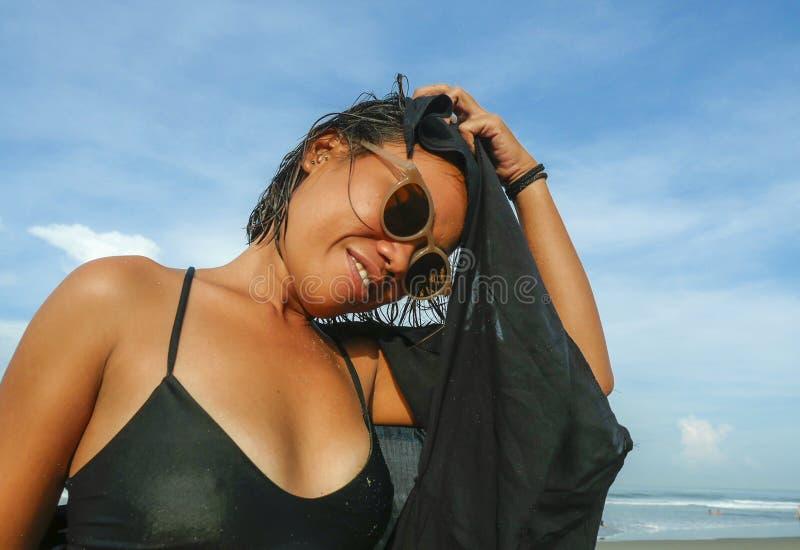 Kierowniczy i ramiona styl życia portret i bikini i okularach przeciwsłonecznych cieszy się wakacje przy młoda Azjatycka dzie obrazy stock