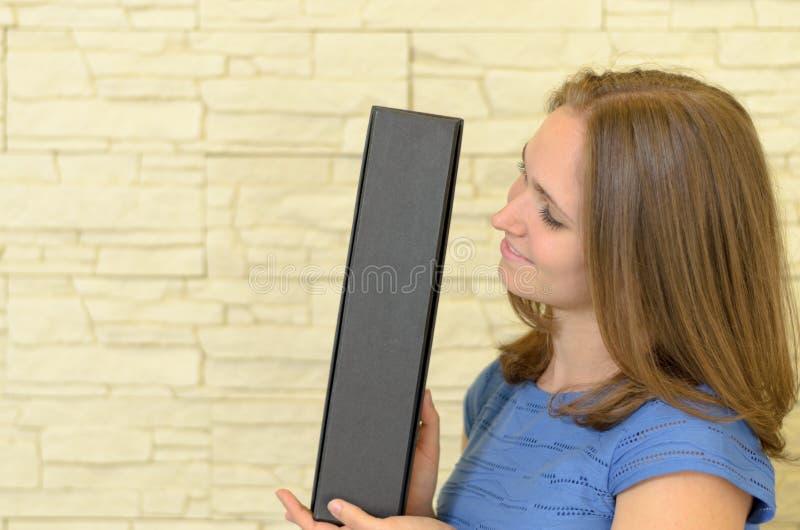 Kierowniczy i ramiona uśmiechać się 20s brunetkę obraz stock