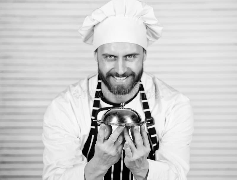 Kierowniczy kucharz Przystojny m??czyzna w fartucha i kucharza kapeluszu Szefa kuchni kucharz w jednolitej pozycji z wy?mienicie  fotografia royalty free