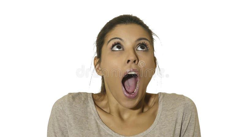 Kierowniczy portret młoda szczęśliwa, z podnieceniem latynoska kobieta 30s w i ono przygląda się i usta szeroko otwarty jest zdjęcia royalty free