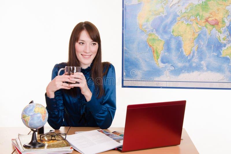Kierownik agencja podróży pije herbaty z klientami zdjęcie stock