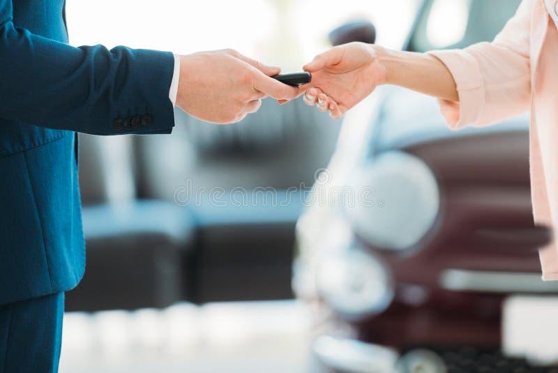 kierownik daje samochodu kluczowi klient fotografia stock