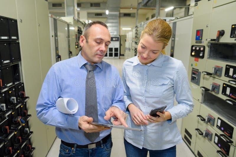 Kierownik fabryki rozmawiający z partnerem w sprawie planu zdjęcia royalty free