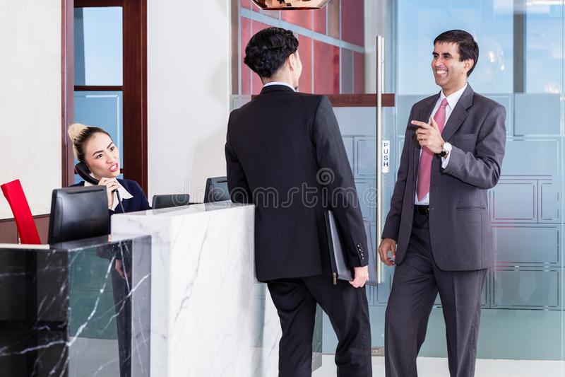Kierownik i filia opiera przy frontowym biurkiem biuro obrazy royalty free