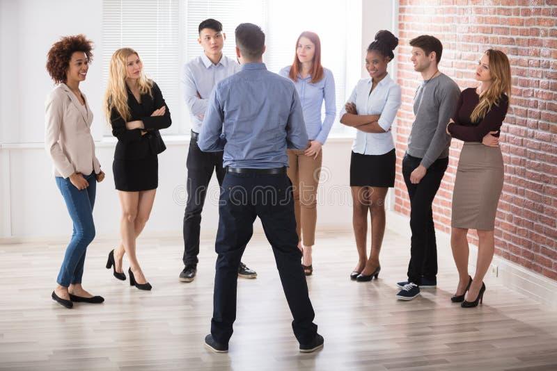 Kierownik Ma rozmowę Z Jego Biznesowymi kolegami obraz stock