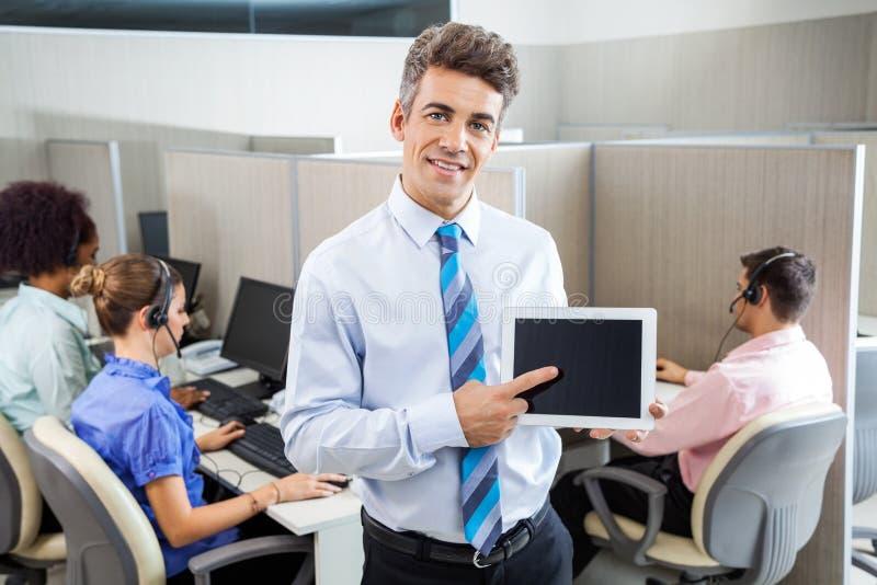 Kierownik Pokazuje pastylka komputer W centrum telefonicznym obrazy royalty free