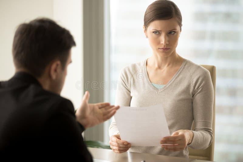 Kierownik próbuje przekonywać wątpliwego żeńskiego klienta obrazy royalty free