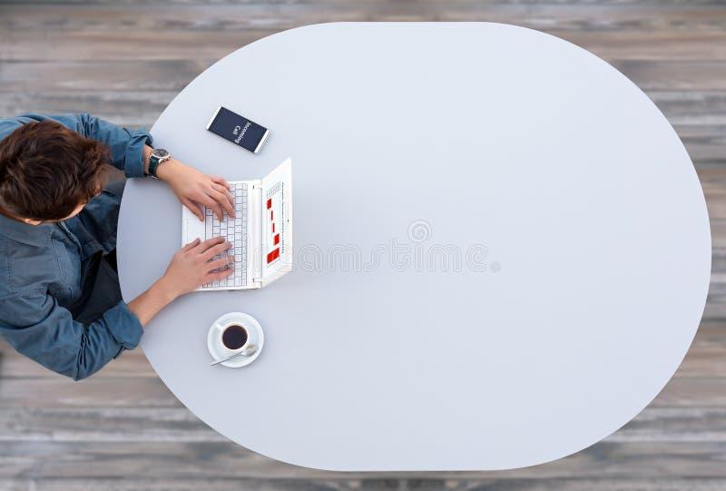 Kierownik Pracuje na komputerze przy Popielatym stołem fotografia stock