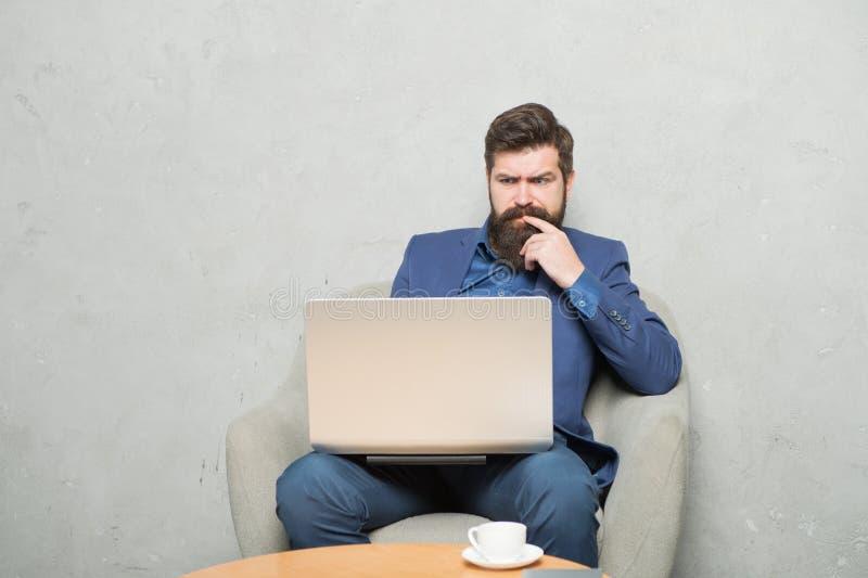 Kierownik projektu Biznesowa korespondencja Nowo?ytny Biznesmen Biznesmen pracy laptop Mężczyzny napoju kawa w biznesie fotografia stock