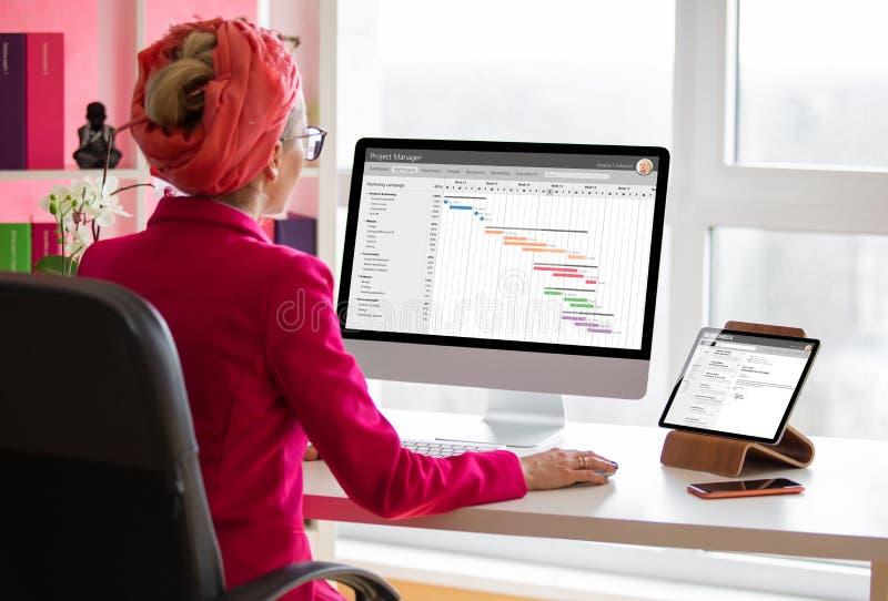 Kierownik projektu pracujący na komputerze w biurze Cała zawartość ekranu została utworzona obraz royalty free