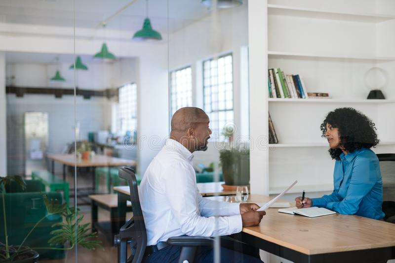 Kierownik przeprowadza wywiad potencjalnego nowego pracownika w jej biurze zdjęcia stock