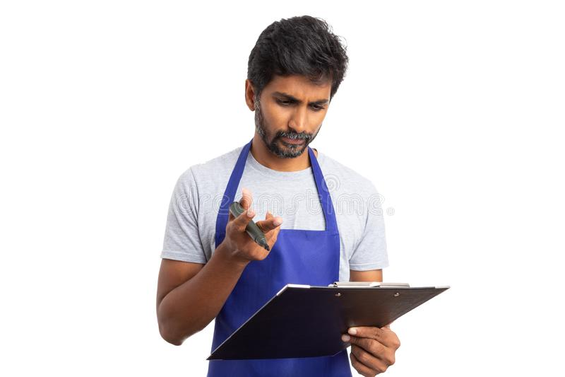 Kierownik sklepu patrzeje sprzedawca listę kontrolną obrazy stock