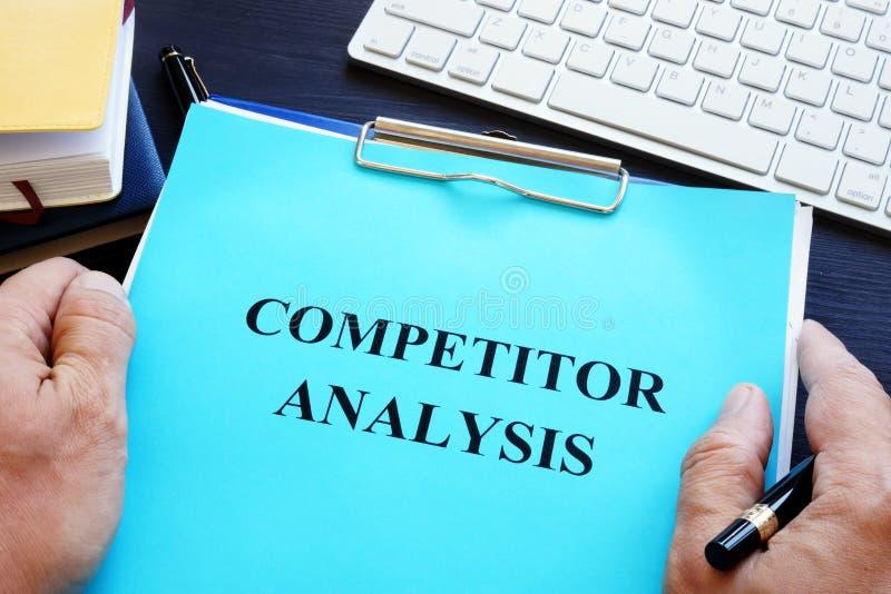 Kierownik trzyma konkurent analizę obrazy stock