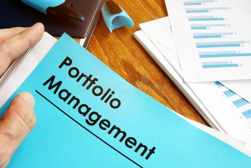 Kierownik trzyma portfolio zarządzania raport obraz royalty free